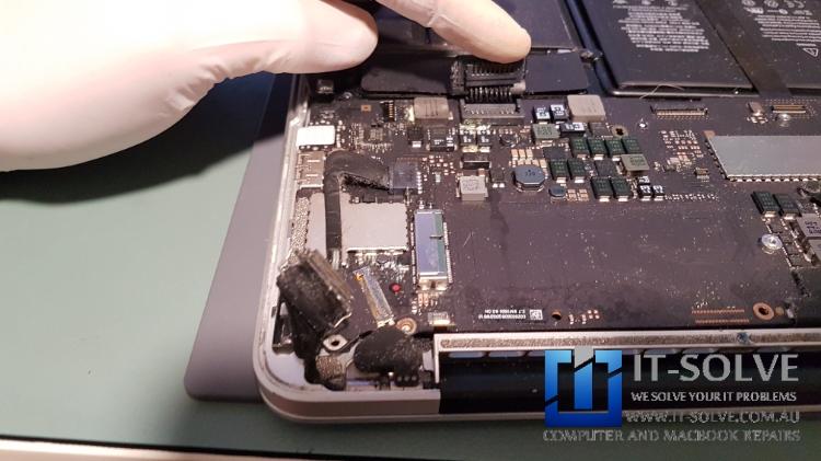 Inspecting Water damage Macbook Retina before the repair